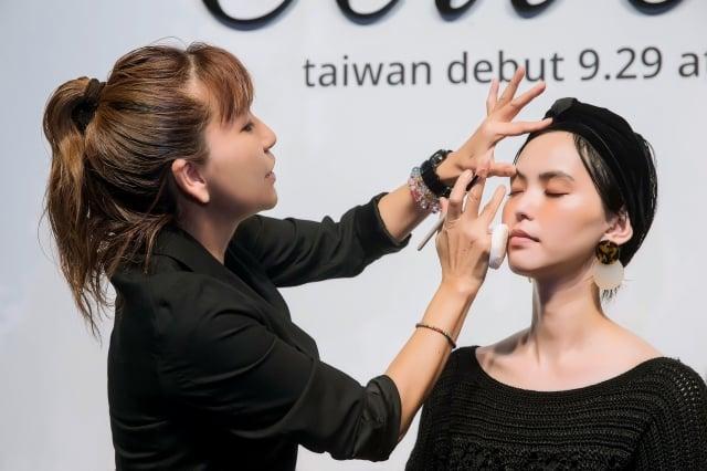 彩妝師菊地美香子和Model比留川游示範彩妝。(Celvoke提供)