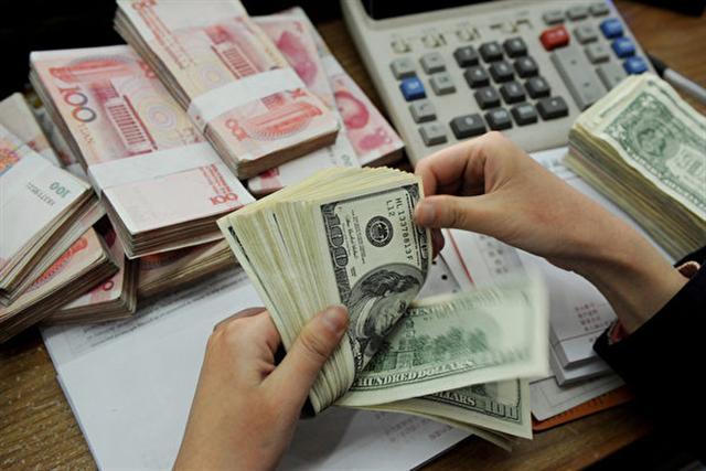中國人行宣布降準,就是要拉抬市場信心,但中國股市在十一長假後,卻重挫3.7%。(AFP/Getty Images)
