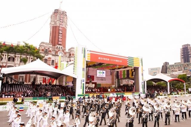 總統蔡英文10日在國慶大會上發表演說,指台灣是一個燈塔,民主轉型不僅照亮自己曾經走過的黑暗,也為所有追求民主的人們,提供了暗夜中的光芒。圖為三軍樂儀隊演出。(記者陳柏州/攝影)