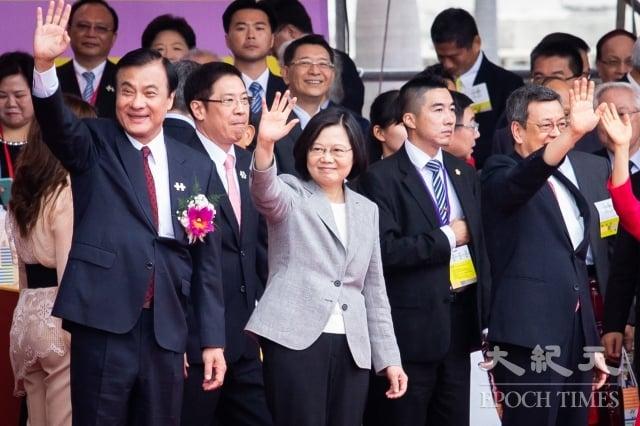 總統蔡英文(前左2)10日在國慶大會上發表演說,指台灣是一個燈塔,民主轉型不僅照亮自己曾經走過的黑暗,也為所有追求民主的人們,提供了暗夜中的光芒。(記者陳柏州/攝影)