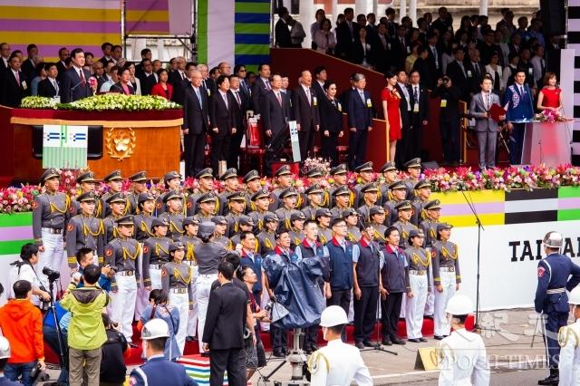 中華民國中樞暨各界慶祝107年國慶大會10日在總統府前廣場舉行,圖為6名燈塔守護者領唱國歌。