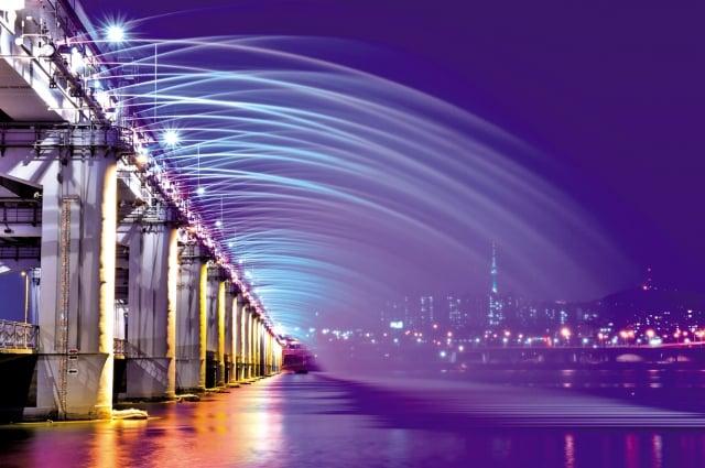 首爾月光彩虹噴泉色彩斑斕,美如彩虹。(Fotolia)