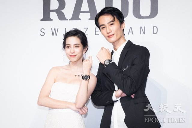 温貞菱(左)及李英宏(右)17日出席手錶品牌頒獎典禮,向大自然致敬。(記者陳柏州/攝影)