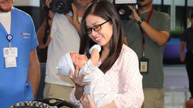 美國德州達拉斯一位新媽媽陳智在寶寶誕生後不久出現大出血,情況危急,護士把她的新生寶寶放到她胸前,救了她一命!(Medical City Children's Hospital提供)