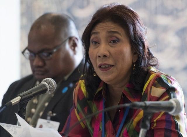 印尼海事暨漁業部長蘇西一直下令直接炸毀侵入該國的非法漁船。圖為她於2017年6月8日在聯合國海洋會議上發言。(DON EMMERT / AFP)