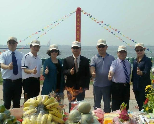 2019台灣燈會30周年將首次在屏東舉辦,主題為「騰躍昇平」。交通部觀光局副局長張錫聰(中)、屏東縣副縣長吳麗雪(左3)在大鵬灣為水上主燈進行動土儀式。(屏東縣政府提供)