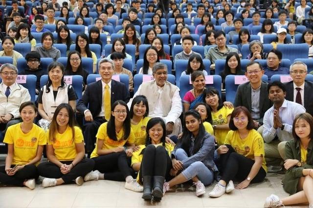 諾貝爾獎得主講座,薛富盛(前座左三),諾貝爾和平獎得主Kailash Satyarthi (前座中)。(中興大學提供)