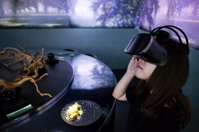 食品學家們發現,哪怕是虛擬影像的展現,也會影響人們對食物的感受。圖為女子戴上虛擬眼鏡。(Tomohiro Ohsumi/Getty Images)
