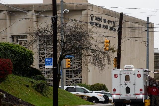 週六上午10時左右,美國賓州匹茲堡市松鼠丘附近的「生命之樹」猶太教堂發生重大槍擊案,11人死亡、6人受傷,槍手當場被捕。(Jeff SwensHen/Getty Images)