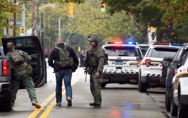 週六上午10時左右,美國賓州匹茲堡市松鼠丘附近的「生命之樹」猶太教堂發生重大槍擊案,11人死亡、6人受傷,槍手當場被捕。(Jeff Swensen/Getty Images)