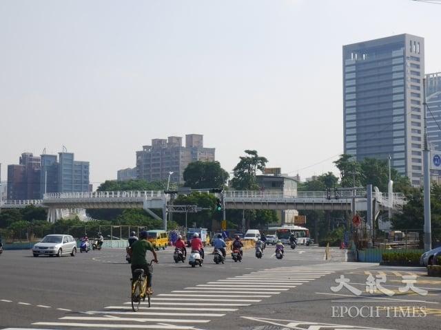 翠華路與環潭路與崇德路平交道交會,過去常因火車經過造成交通阻塞,增加汽機車排放。(記者方金媛/攝影)