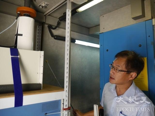 空氣品質監測車PM2.5監測儀。圖為高雄市環保局長蔡孟裕。