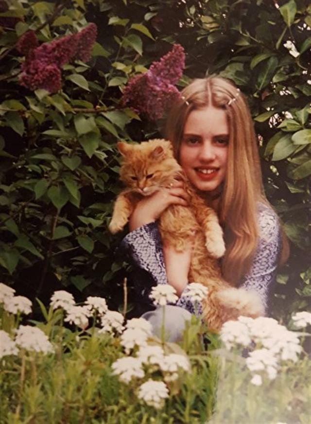 童年的洛蕾塔和貓咪合影。(新唐人電視台)