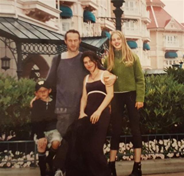 洛蕾塔與父母和弟弟一起。(新唐人電視台)