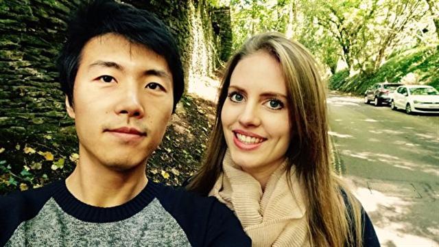 洛蕾塔和丈夫在英國倫敦。(新唐人電視台)