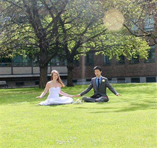 洛蕾塔·杜尚和丈夫在婚禮當天煉習法輪大法的打坐功法。(新唐人電視台)