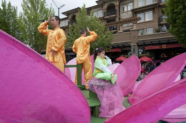 2018年6月2日,王志遠在大溫哥華地區本拿比市脫帽節遊行的花車上展示法輪功的功法。(記者大宇/攝影)