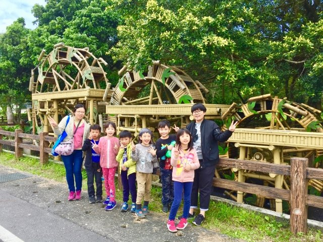 到雙溪前的樂活雙溪公園的大型水車。老師帶學生認識水車。(攝影/朱孝貞)