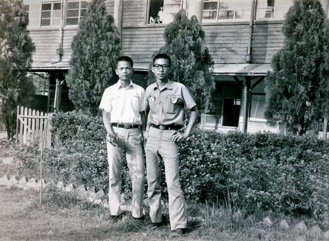 受美國文化影響,黃朝洲(右)回憶高中時期風行寬寬的喇叭褲。(黃朝洲提供)