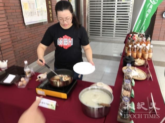 大葉大學學生示範冬令養生餐,教大家立冬如何聰明吃。(記者謝五男/攝影)