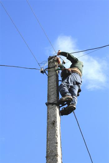 在人跡罕至的曠野裡進行實戰訓練,他們輪流穿上電工腳蹬子,帶著絕緣手套,爬上電線桿,在有線電視的信號接口處接上插播設備。(Fotolia)