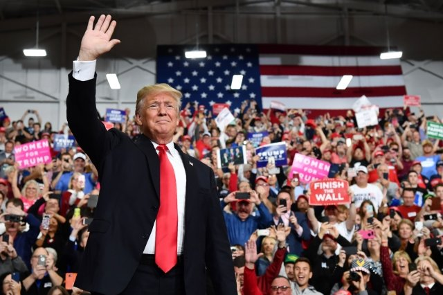 英國媒體認為,美國總統川普(圖)的成就之一就是開始堅定且強硬地對抗中共的不公平貿易。圖為11月2日在印第安納波利斯的競選集會。(Getty Images)
