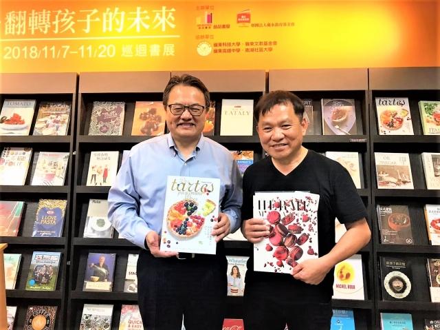 嶺東科大校長趙志揚(左)與王品創辦人戴勝益(右)合影。(記者黃玉燕/攝影)