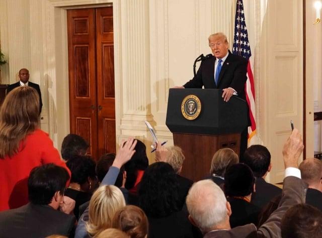 期中選舉結束後,美國總統川普於美國時間7日在白宮召開記者會。他呼籲兩黨摒棄黨派之分,團結合作,繼續為人民帶來福祉,延續美國的經濟奇蹟。(記者亦平/攝影)