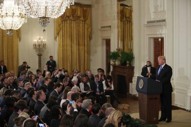 期中選舉結束後,美國總統川普於美國時間7日在白宮召開新記者會。他呼籲兩黨摒棄黨派之分,團結合作,繼續為人民帶來福祉,延續美國的經濟奇蹟。(記者亦平/攝影)