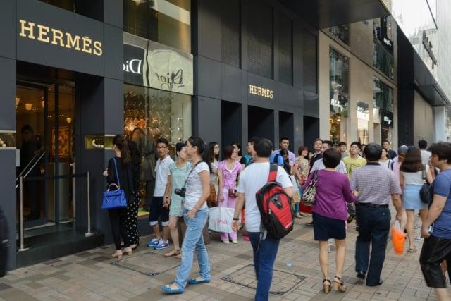 很多中國遊客喜歡到香港奢侈品店購物。(Shutterstock)