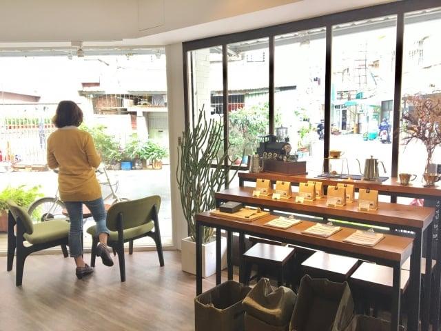 引路咖啡廳內三面大玻璃窗,明亮又舒適。(廖蔚尹/攝影)