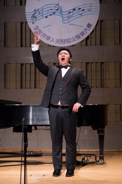 銀獎得主Xuefeng Wan 11月10日在新唐人第七屆全世界華人美聲唱法聲樂大賽決賽中演唱。(記者戴兵/攝影)