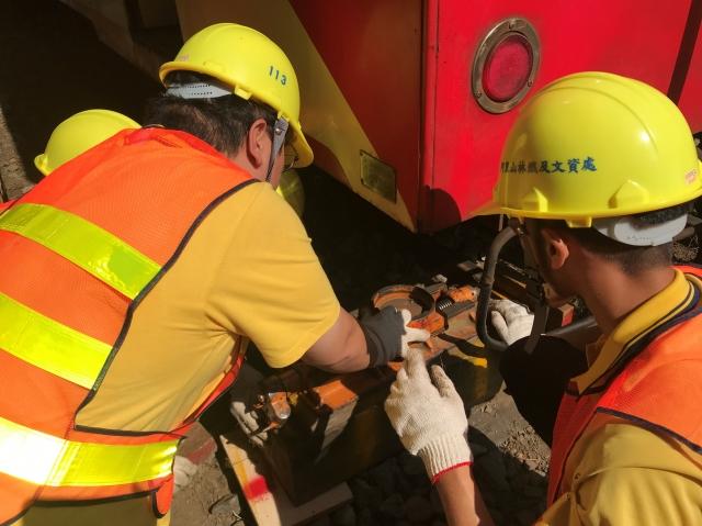 為事故列車修復,架設液壓頂升機。