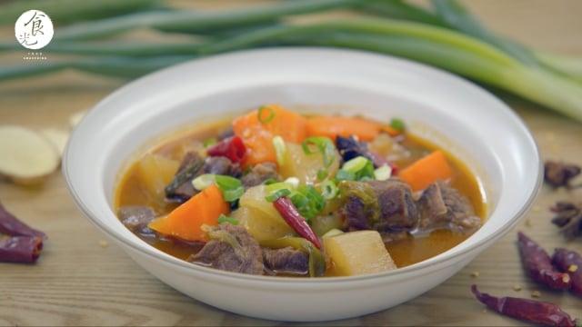 【紅燒牛腩】其中好吃的撇步就是醬料要經過炒過,香氣才會出來。(攝影/C2食光)