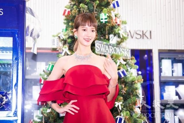 女星孟耿如14日以一襲酒紅色小洋裝搭配水晶項鍊,亮麗出席時尚品牌活動。(記者陳柏州/攝影)