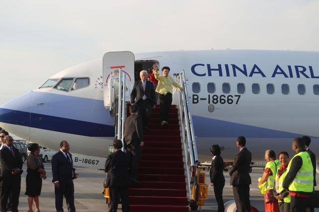 張忠謀領袖代表專機於當地時間11月16日(週五)下午5時左右抵達巴布亞紐幾內亞傑克遜國際機場(外交部提供)