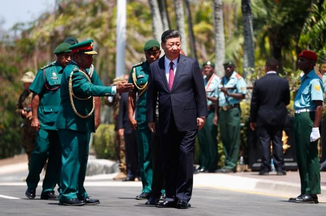 中國國家主席習近平(中)在巴布亞紐幾內亞訪問。(DAVID GRAY/Getty Images)