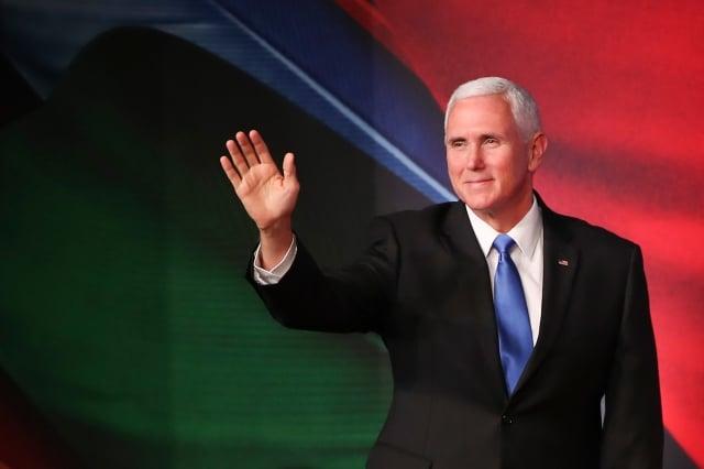 美國副總統彭斯17日在亞太經濟合作會議(APEC)上代表川普總統對中共再次祭出重磅演說。他強調,美國會恪守方針,直到中共改變行為。他還警告印太國家,小心中共的債務外交。(FAZRY ISMAIL/AFP/Getty Images)