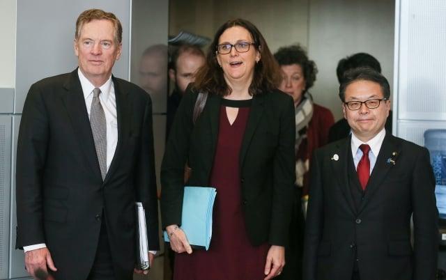今年 3 月 10 日, 美國 貿易 代表 萊特海贵 (左), 歐盟 貿易 專員 馬姆斯 壯 (中) 及 日本 的 經濟 产業 相 世 耕 祝 成 (右) 在 忠盟 總部 開會. (STEPHANIE LECOCQ / Getty Images)