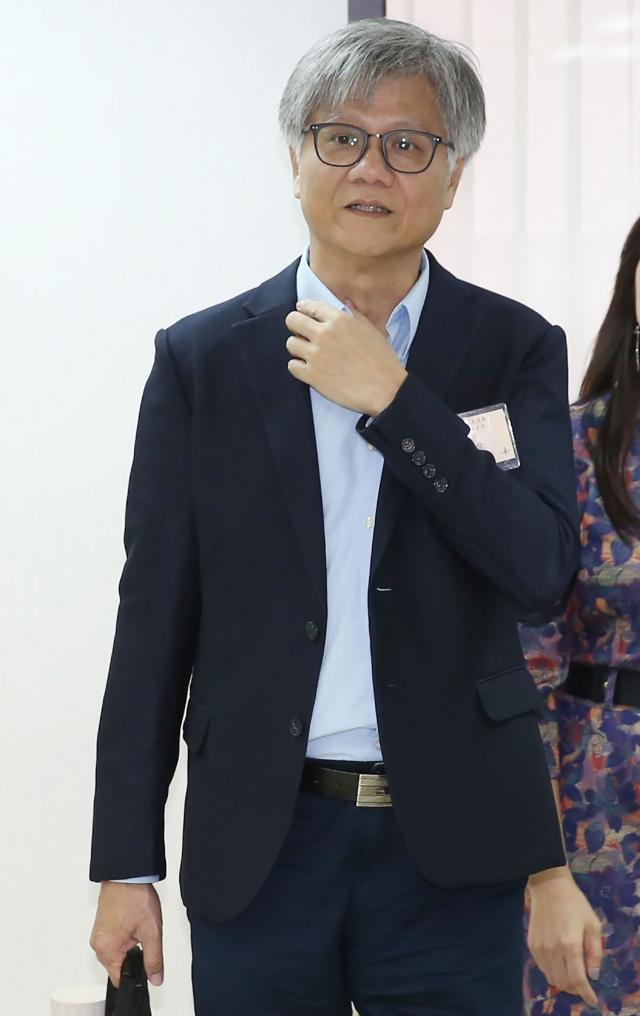 台北市長柯文哲、國民黨籍候選人丁守中與兩位無黨籍候選人吳蕚洋、李錫錕,18日出席第二次政見發表會。(中央社)