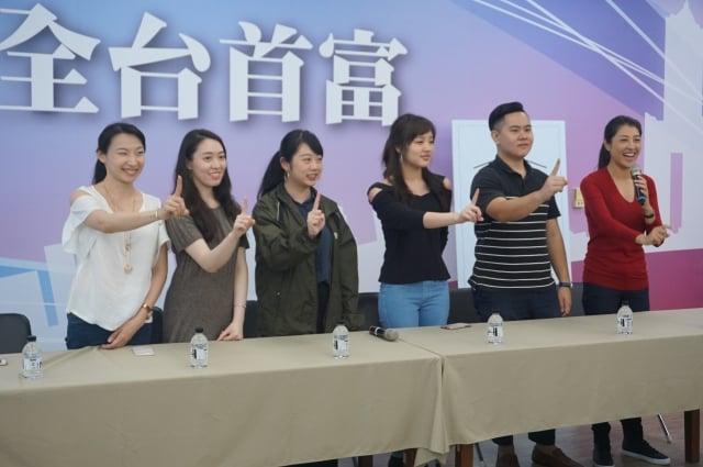 韓國瑜的女兒韓冰(右三)23日與網路小編青年團一起向首投族喊話,請大家支持一號。(記者李怡欣/攝影)