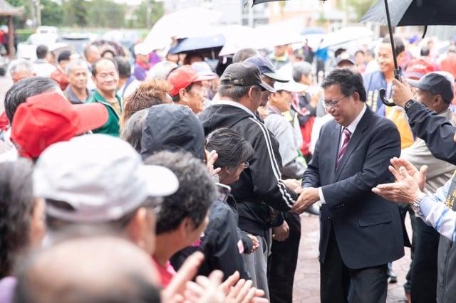 桃園市長的鄭文燦26日仍繼續全市謝票行程,受到支持者歡迎。