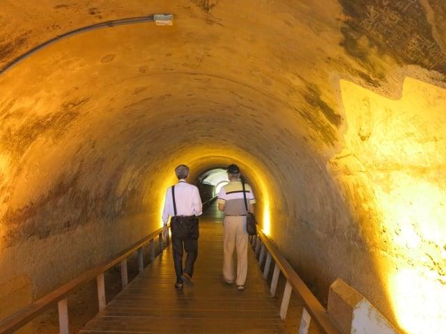 遊客行走在黃濛濛的星空隧道中也許看不到那裡有十二星座?卻可以嘗試穿越時空。(攝影/鄧玫玲)