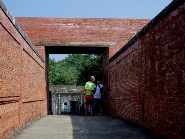 百年前的「旗津炮台,中間有一道紅磚鋪設的通道,看得出中國工匠的建築工藝。(攝影/鄧玫玲)