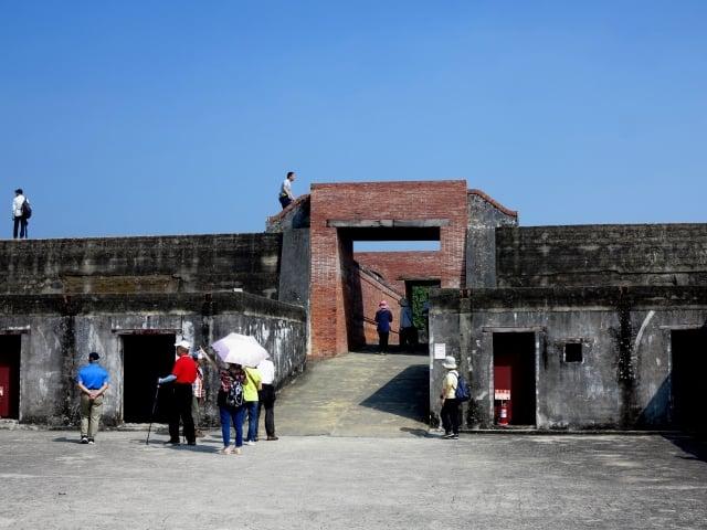 如今的旗津炮台,當時的大炮早被拆走、熔燬,只剩下泥牆與空地,遊客可以爬上高牆眺望,四面八方的海景盡入眼前。(攝影/鄧玫玲)