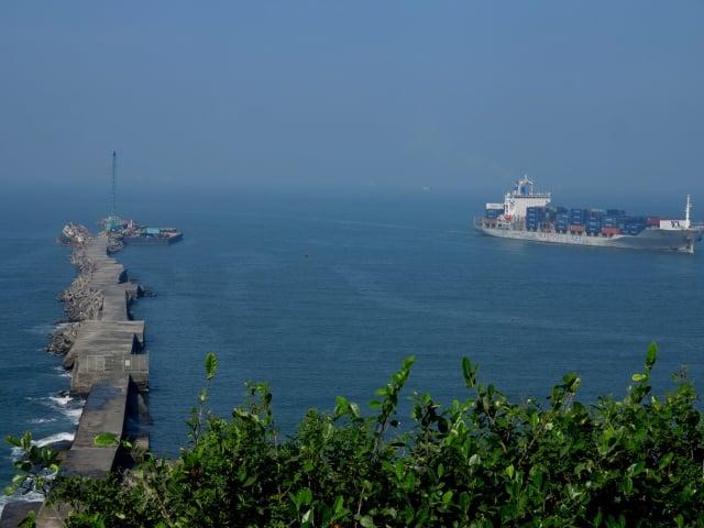 遠眺高雄港可以看到長長的堤防與大型船艦。(攝影/鄧玫玲)