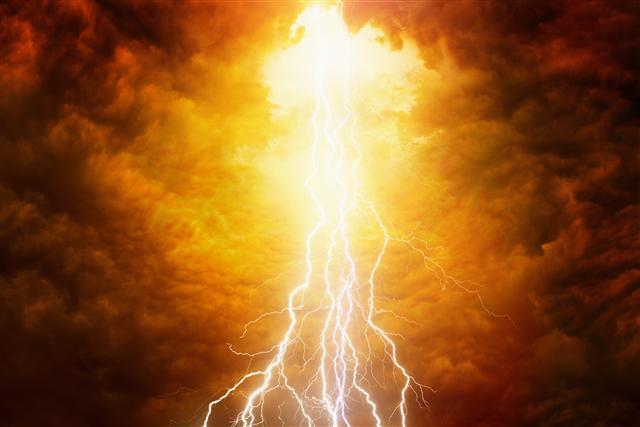 那道可怕的電光,或許是捐獻者逝去之前最後看到的景象。(IgorZh/shutterstock)