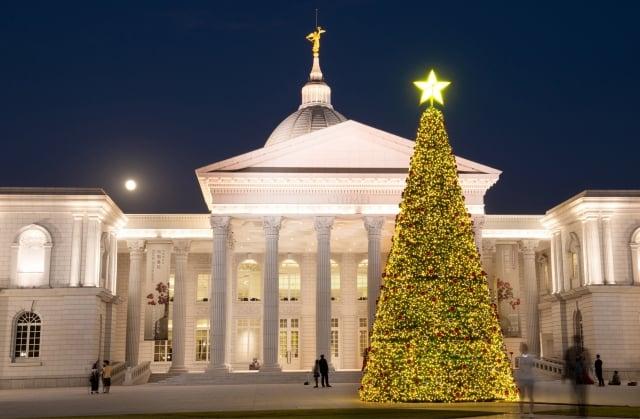 妝點著傳統金、銀、紅色彩球的聖誕樹,不僅白天充滿喜氣,晚間也金光閃耀。(奇美博物館提供)
