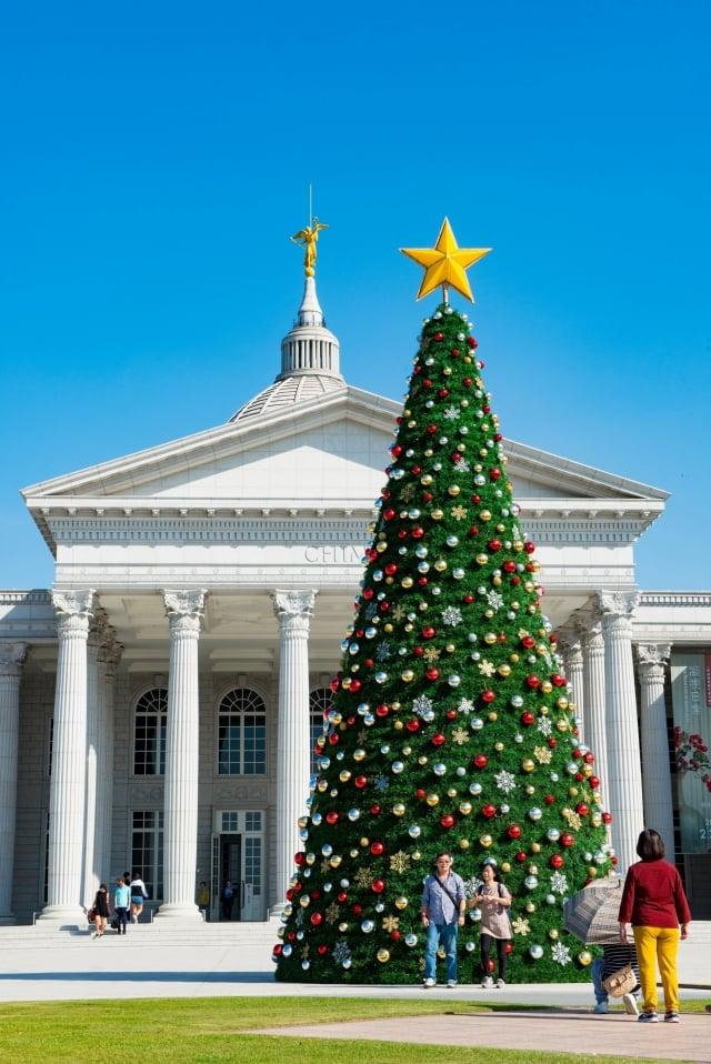 最夯打卡景點奇美博物館打造13公尺高聖誕樹,快來拍下獨一無二的聖誕卡片吧!