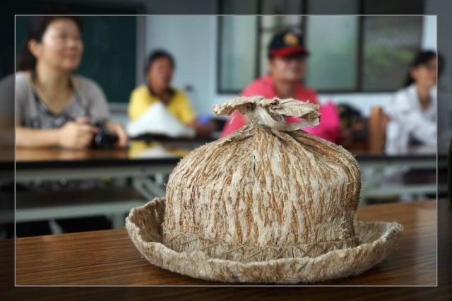 樹皮編織成衣帽清涼又透氣,是避暑聖品。(攝影/鄭清海)